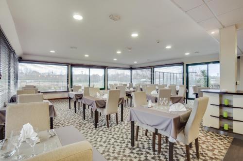 A restaurant or other place to eat at Brit Hotel De La Côte Des Havres