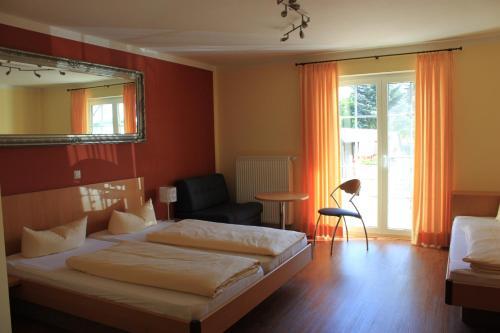 Ein Bett oder Betten in einem Zimmer der Unterkunft Hotel & Gästehaus Im Ziegelweg garni (Eintrittskarten für den EP über uns für jeden Tag erhältlich)