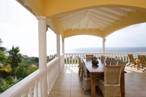 Uma varanda ou terraço em Villa zeezicht Curacao