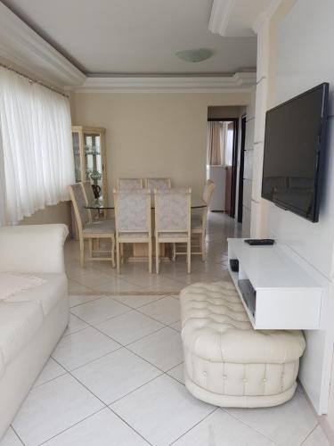A seating area at Apartamento Beira-Mar