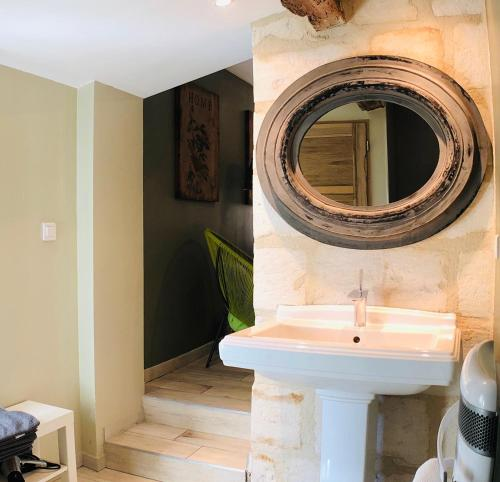 A bathroom at Mas Guiraud Gîte avec 2 chambres