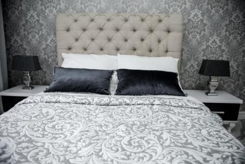 A bed or beds in a room at Glamour Apartments