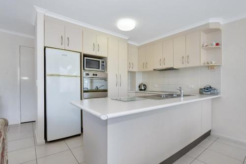 A kitchen or kitchenette at Coral Breeze Penthouse
