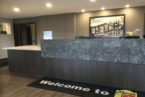 The lobby or reception area at Super 8 by Wyndham Lethbridge