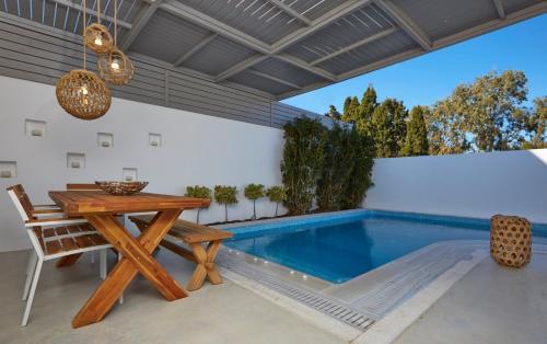 The swimming pool at or near Eolia Kamari Villa