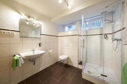 A bathroom at Landhotel Karrenberg