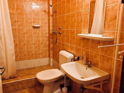 A bathroom at Vakáció Üdülő