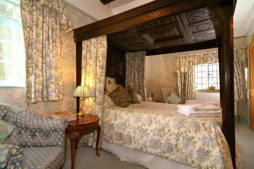A bed or beds in a room at Cowley House Guest House