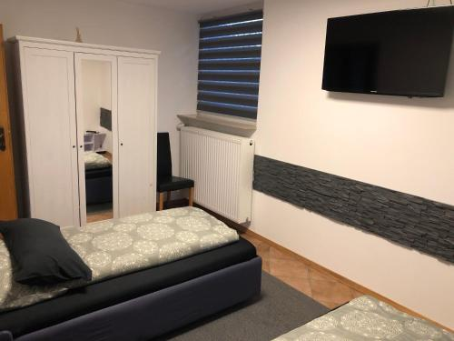 A bed or beds in a room at Messezimmer 4u