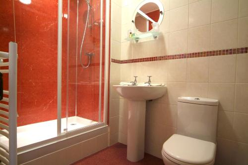 A bathroom at Cowley House Guest House