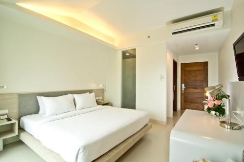 Een bed of bedden in een kamer bij Sunshine Hotel & Residences