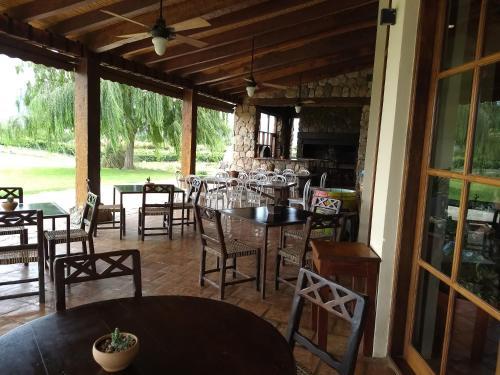 A restaurant or other place to eat at La Estancia de Cafayate Tannat M7