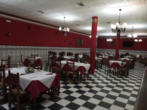 Un restaurante o sitio para comer en Hostal El Camionero