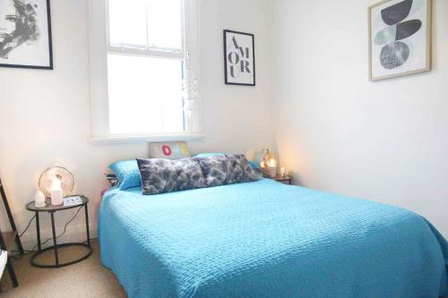 A bed or beds in a room at U8: Campbell RIGHT AT THE BEACH IN BEST LOCATION + PARKING .