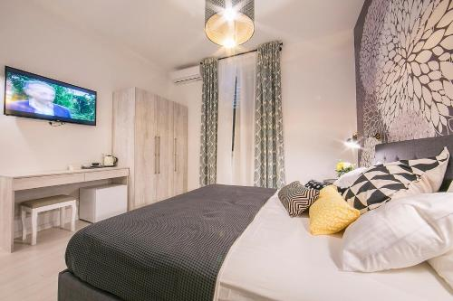 A bed or beds in a room at Garden Rooms Nela