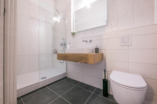 A bathroom at Garden Rooms Nela