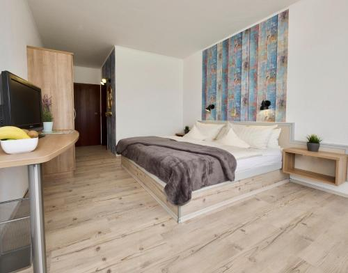 A bed or beds in a room at Hotel Avenida by zwei&vierzig