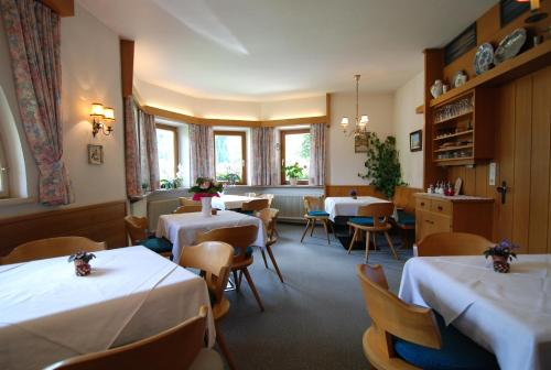 A restaurant or other place to eat at Ferienwohnung Pension Tirol