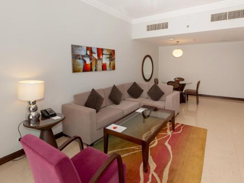 A seating area at Deluxe Hotel Apartments