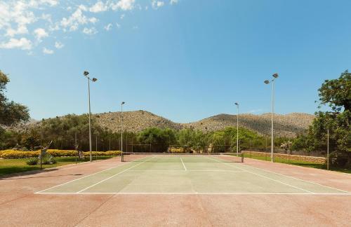 Instalaciones para jugar a tenis o squash en Ca Na Catalina o alrededores