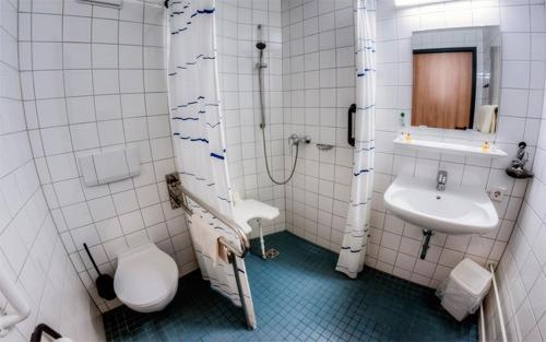 A bathroom at Hotel & Restaurant am Schlosspark
