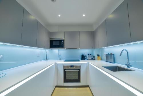 A kitchen or kitchenette at Superhost's Brand New Luxury London Flat