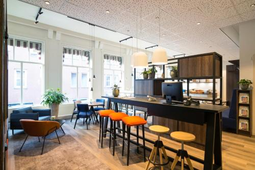 The lounge or bar area at ibis Styles Den Haag City Centre