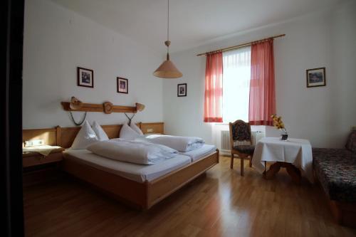 Ein Bett oder Betten in einem Zimmer der Unterkunft Gasthaus zum guten Hirten