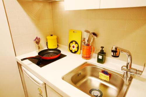 A kitchen or kitchenette at Lee & No Guesthouse Hongdae