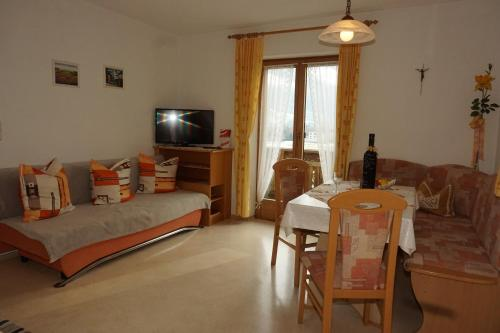 Ein Sitzbereich in der Unterkunft Haus Dornauer