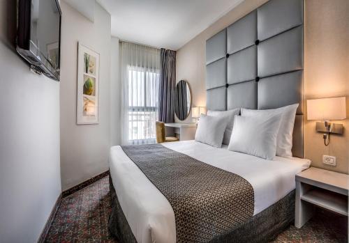 מיטה או מיטות בחדר ב-מלון אסטרל נירוונה סוויטס - הכל כלול