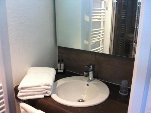 A bathroom at Hôtel des Marais Salants
