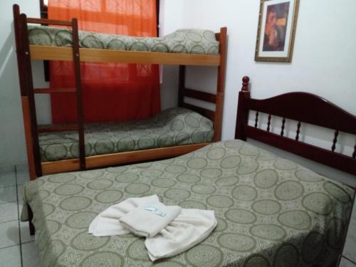 Uma ou mais camas em beliche em um quarto em Hotel Madrid