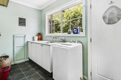 A kitchen or kitchenette at Swanbrook