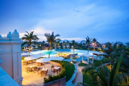 Tầm nhìn ra hồ bơi gần/tại Pulchra Resort Danang
