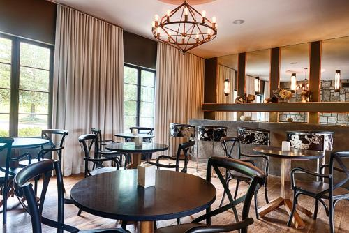 A restaurant or other place to eat at Hotel Domestique