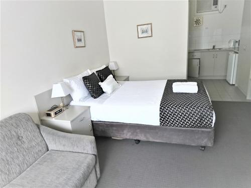 A bed or beds in a room at Glenelg beach gateway on Moseley