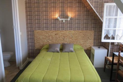 Ein Bett oder Betten in einem Zimmer der Unterkunft Hôtel Victoria
