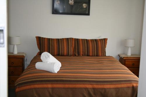 A bed or beds in a room at Abbey Apartments