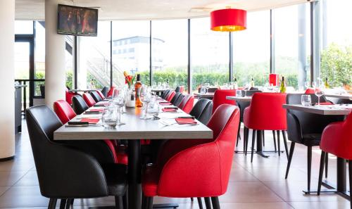 A restaurant or other place to eat at Bastion Hotel Barendrecht
