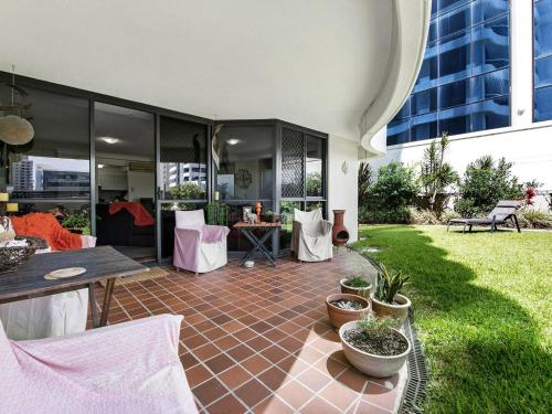 A restaurant or other place to eat at Victoria Square Apartments Broadbeach - Level 4