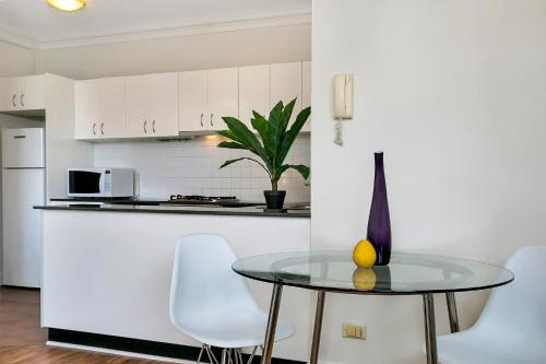 A kitchen or kitchenette at One Bedroom Apartment Gerard Street (GER29)