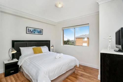 A bed or beds in a room at One Bedroom Apartment Gerard Street (GER29)