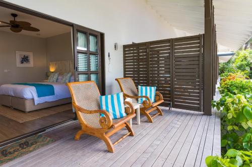 A seating area at Le Nautique Waterfront Hotel La Digue
