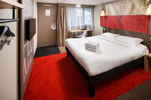 A bed or beds in a room at ibis Coventry South