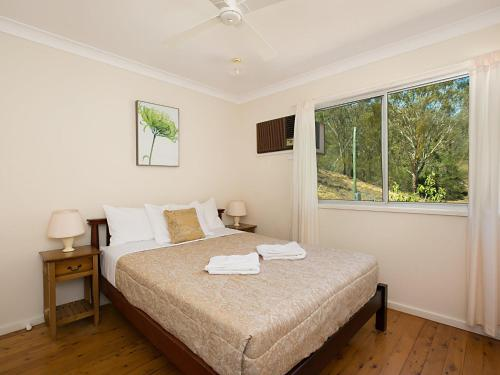 A bed or beds in a room at Rosa House in Broke, 4br House in walking distance to Cellar Doors
