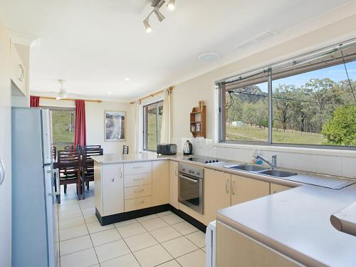 A kitchen or kitchenette at Rosamund House in Broke, 4br House in walking distance to Cellar Doors