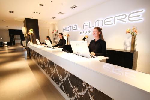 Лобби или стойка регистрации в Van Der Valk Hotel Almere