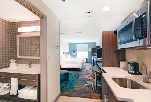 A kitchen or kitchenette at Home2 Suites By Hilton Grand Junction Northwest