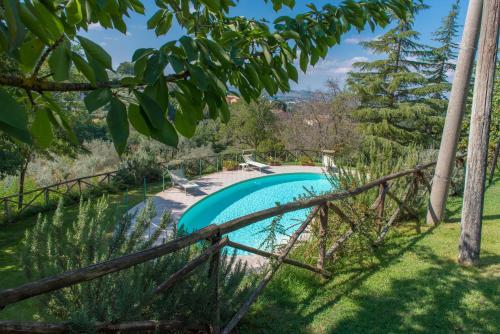 Vista sulla piscina di Agriturismo La Montagnola o su una piscina nei dintorni